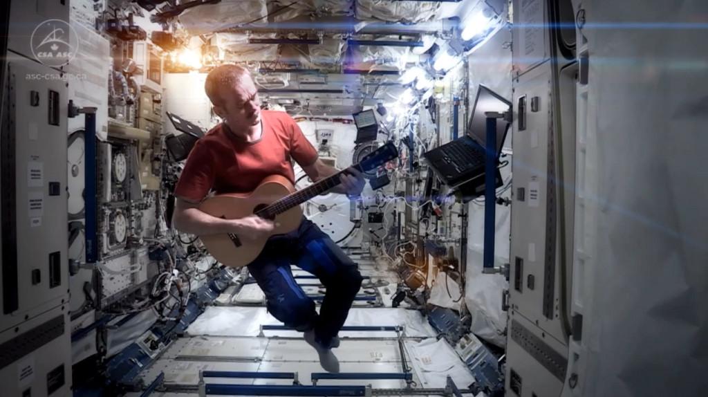 """Hadfield spielt im All auf der Gitarre den Song """"Space Oddity""""."""