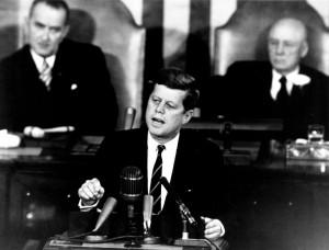 JFK hält seine Rede im Kongress.